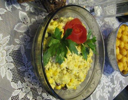 Sałatka z kurczakiem, ananasem i z dodatkami