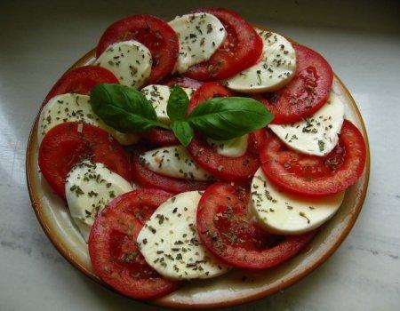 Caprese - super szybka sałatka z mozzarellą i pomidorami