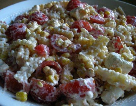 Makaronowa sałatka z pomidorami i serem feta
