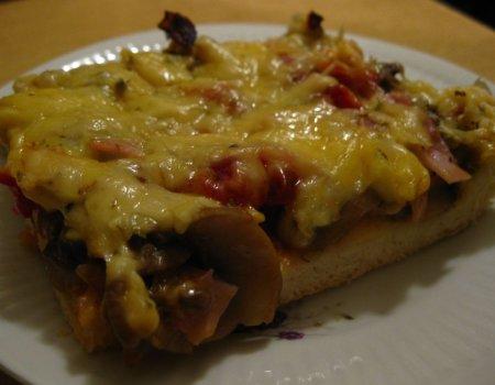 Pizza domowa z szynką i pieczarkami