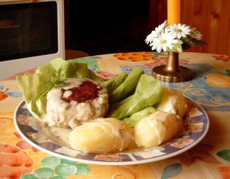 Zrazy z mięsa mielonego w sosie koperkowym