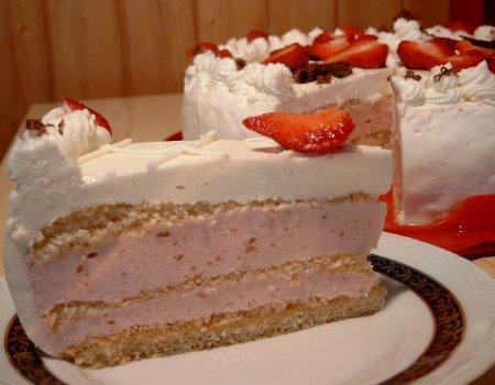 Tort z kremem truskawkowo-serowym