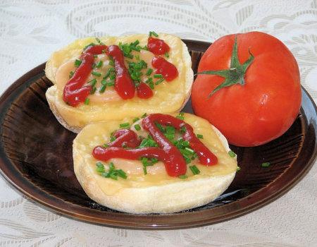 Bułeczki zapiekane z pomidorem i serem