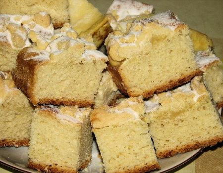 Dietetyczne ciasto drożdżowe na maślance, z serem i posypką