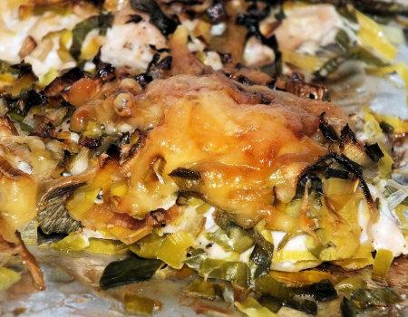 Filety z kurczaka pod pierzynką z pora, czosnku i sera