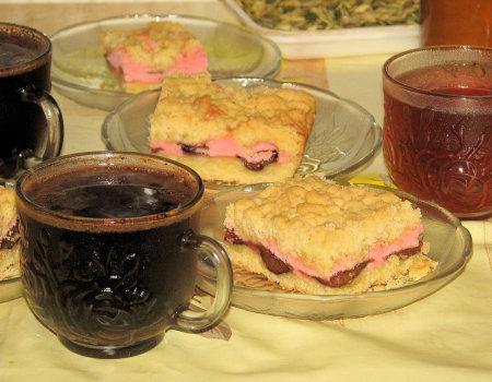 Kruche ciasto z mrożonymi śliwkami i kolorową bezą