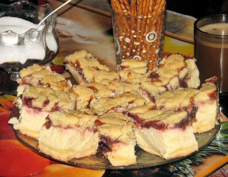 Sernik z masą śliwkową i kruszonką