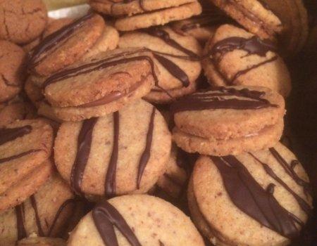 Ciasteczka orzechowe przekładane nugatem