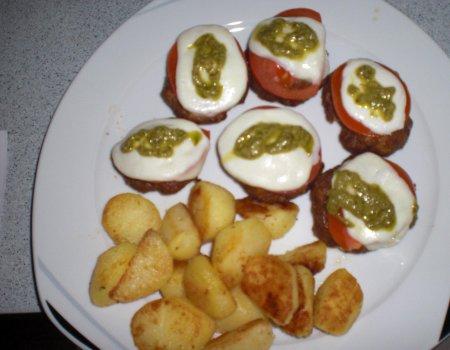Kotlety mielone z pesto, pomidorami i mozzarella