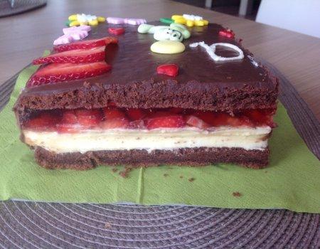 Ciasto czekoladowe z masą budyniową i truskawkami