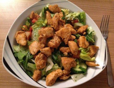 Lekka sałatka na kolację z sosem vinaigrette i kurczakiem