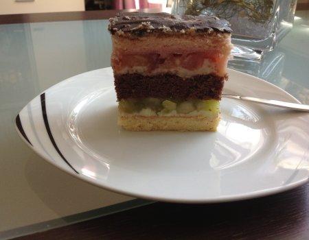 Kolorowe ciasto z galaretką, jabłkami i masą budyniową
