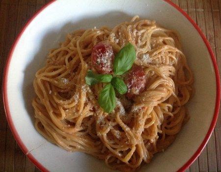 Spaghetti z sosem z serka twarogowego, ziołowo-pomidorowym