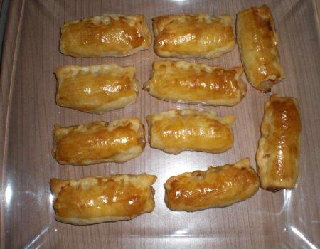 Paszteciki z ciasta francuskiego z mięsem, mozzarellą i pomidorami