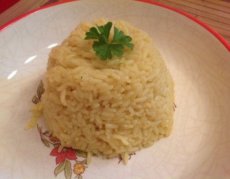 Aromatyczny ryż z kurkumą jako dodatek obiadowy