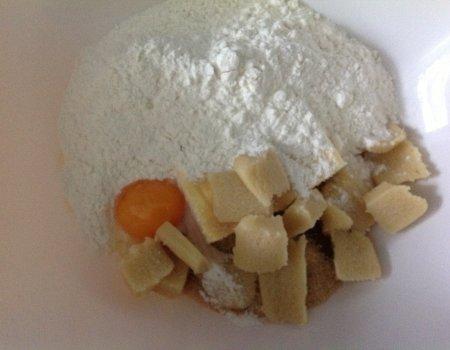 Kruche ciasteczka marcepanowo-migdałowe w białej czekoladzie