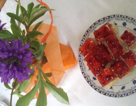 Ciasto z masą krówkową i truskawkami