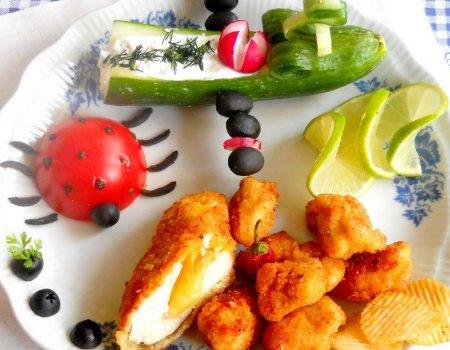 Kurczak z nadzieniem serowym podany z sosem