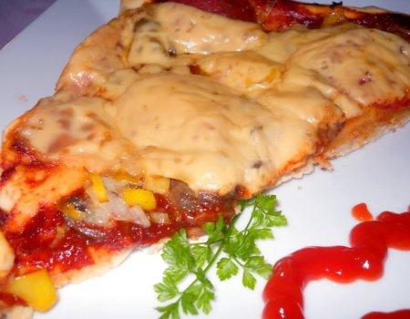 Domowa pizza z pieczarkami