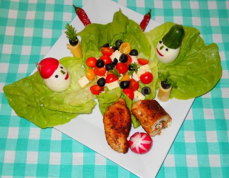 Rolada z serem w gościach pod choinką w towarzystwie