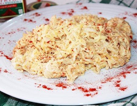 Domowy makaron smażony z jajem i przyprawami