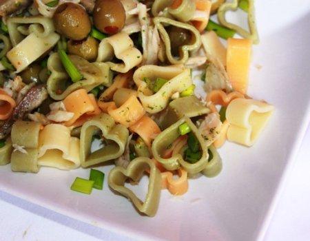 Sałatka z oliwkami i makaronem
