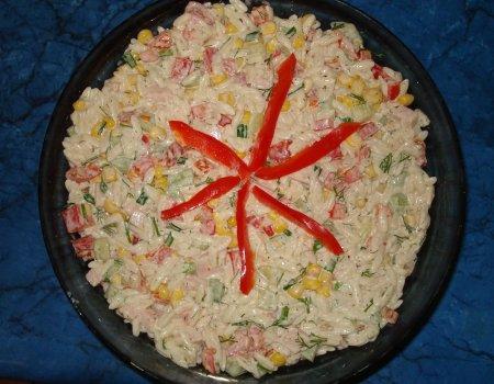Sałatka z makaronem w formie ryżu
