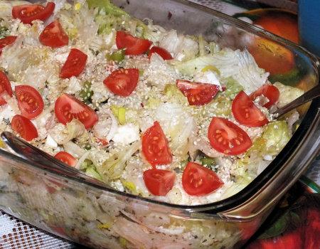 Lekka i chrupiąca sałatka z mozzarellą i sezamem