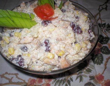 Sałatka ryżowa z kurczakiem i nutką czosnku