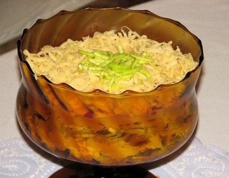 Sałatka warstwowa ze śledziami i ogórkami konserwowymi