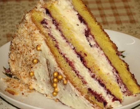 Tort śmietankowy na biszkopcie z truskawkowym dżemem
