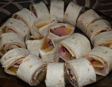 Tortilla z serem, szynką i ogórkiem