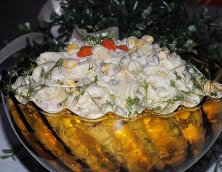 Wiosenna sałatka z makaronem tortellini