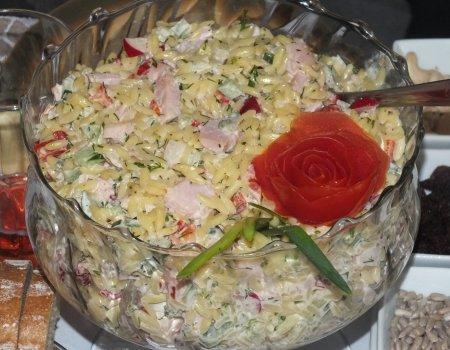 Wiosenna sałatka z makaronem w kształcie ryżu