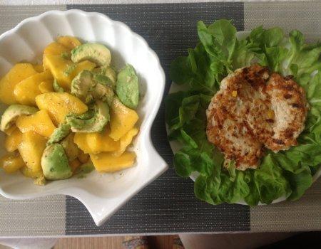 Dietetyczny hamburger z indyka z sałatką z mango i awokado