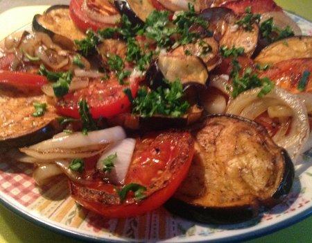 Sałatka ze smażonych bakłażanów, cebuli i pomidorów