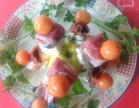 Koreczki z prosciutto i serem pleśniowym