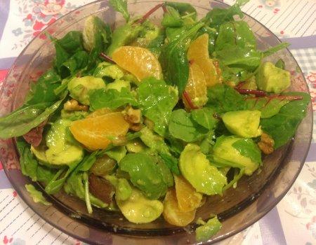 Awokado z sałatą, mandarynkami i orzechami włoskimi