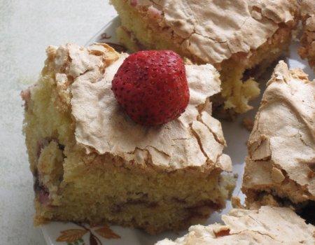 Ciasto truskawkowe z migdałową bezą