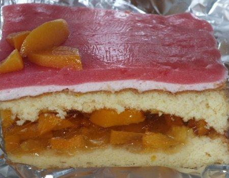 Brzoskwiniowo-truskawkowe ciasto na biszkopcie