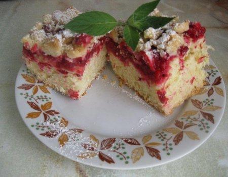 Ciasto drożdżowe z czerwonymi porzeczkami i kruszonką