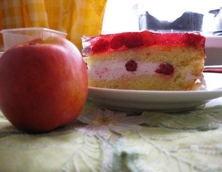 Ciasto malinowo-biszkoptowe z bitą śmietaną