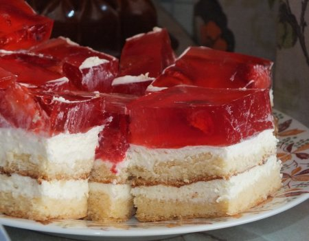 Ciasto z bitą śmietaną i z truskawkami