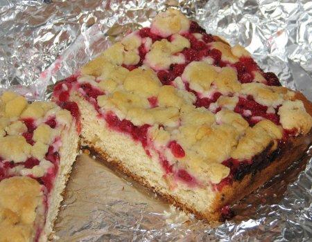 Drożdżowe ciasto z czerwonymi porzeczkami