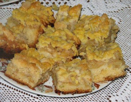 Drożdżowy jabłecznik z kruszonką i płatkami migdałów