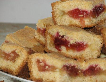 Kruche ciasto z jabłkami i ze śliwkami
