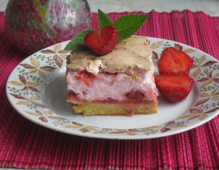 Kruche ciasto z truskawkami i bezą