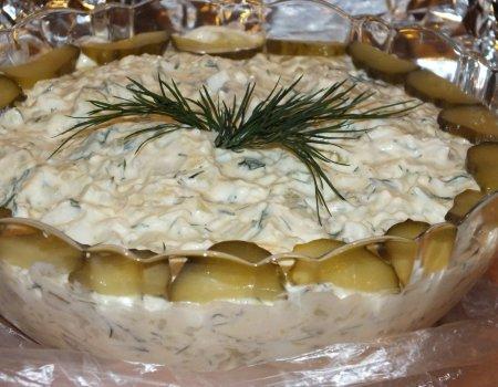 Sałatka wiosenna z ziemniakami i kiszonym ogórkiem