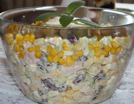 Sałatka z selera naciowego, szynki i ananasa
