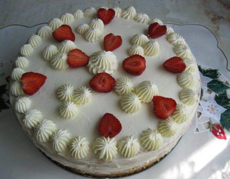 Tort truskawkowy z masą śmietankową i bezą